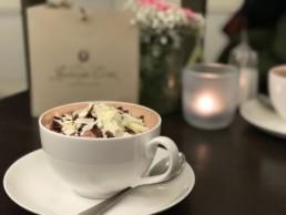 Eine Tasse heiße Schokolade gehört zum Winter einfach dazu. Kakao hat außerdem einen genialen Nebeneffekt: Die Mischung aus Kakao und Milch ergibt das perfekte Verhältnis von Kohlenhydraten und Protein, die du zum Auffüllen deiner Speicher benötigst.