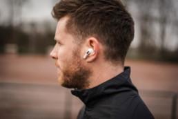 Apple AirPods Pro im Ohr eines Läufers