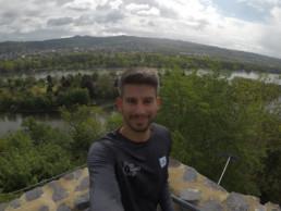 Läufer macht Selfie vor Panorama vom Siebengebirge