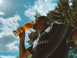 Läufer trinkt alkoholfreies Weizen