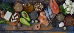 Gesunde Fettquellen auf Tisch