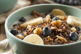 Müsli aus Quinoa mit Banane Blaubeeren und Nüssen