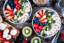 Müsli mit Obst dekoriert