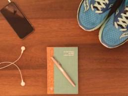 Notizbuch liegt auf dem Tisch, Blick von oben