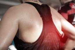 Schweiß auf dem Rücken einer Läuferin