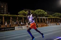 Joshua Cheptegei laufend auf Laufbahn