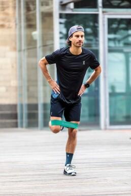 Hüfttraining für Läufer: Beinabspreizer stehend Anfangsposition