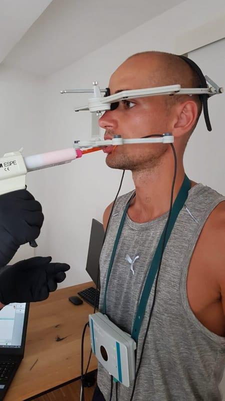 Hendrik Pfeiffer erhält seine Zahnschiene für Läufer